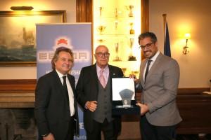 Ο κ.Παναγιώτης Τσάκος παραλαμβάνει το βραβείο από τον Πρόεδρο ΕΕΝΜΑ κ. Χαράλαμπο Σημαντώνη