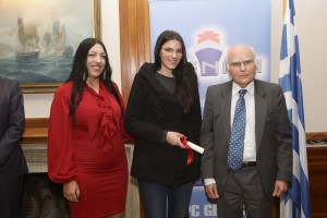 Το μέλος Δ.Σ. κα Α.Γκανά και ο κ. Γκουσόπουλος απονείμουν την υποτροφία Metropolitan College στη κα Α. Γιακά