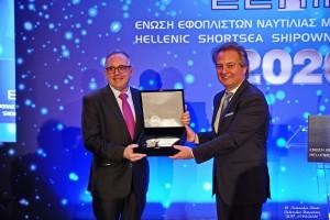 Ο κ.Δ Φαφαλιός παραλαμβάνει το βραβείο από τον Πρόεδρο ΕΕΝΜΑ κ. Χ. Σημαντώνη